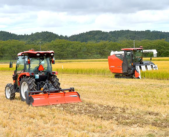 アグリロボコンバインによる稲刈り×アグリロボトラクタによる稲ワラ秋すき込み 同時並行作業による省力・省人化を実証